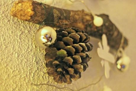 el sofa amarillo arbol de navidad con ramas (1)