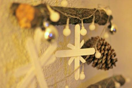 el sofa amarillo arbol de navidad con ramas (2)