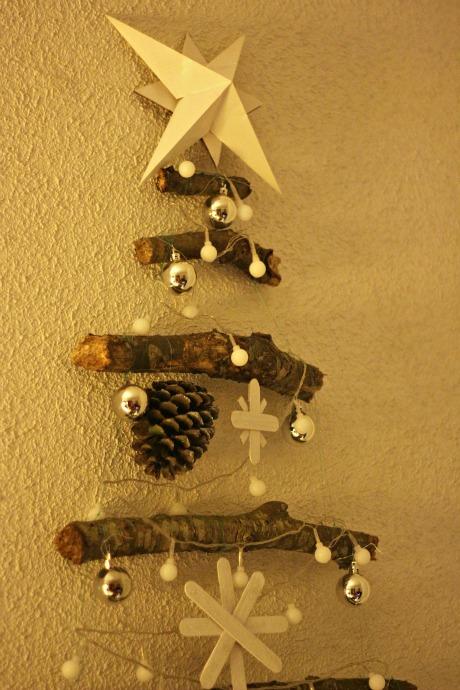 el sofa amarillo arbol de navidad con ramas (4)