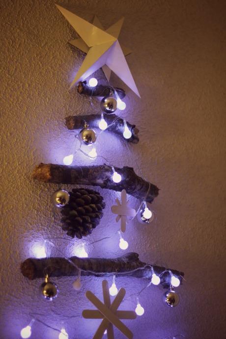 el sofa amarillo arbol de navidad con ramas (6)