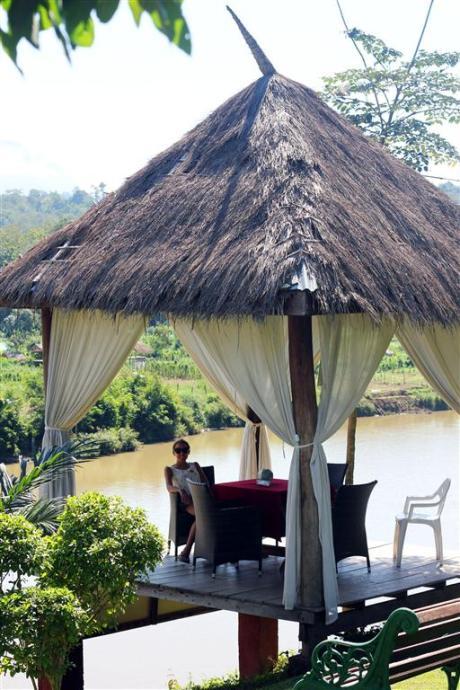 el sofa amarillo montar en elefante en laos (26)