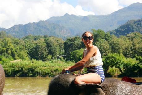el sofa amarillo montar en elefante en laos (32)