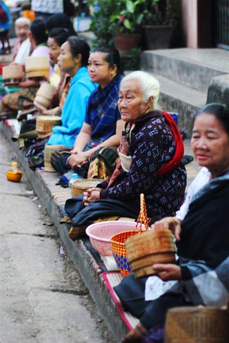el sofa amarillo limosna monjes laos luang prabang (10)