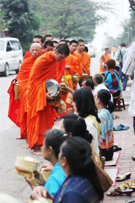 el sofa amarillo limosna monjes laos luang prabang (12)