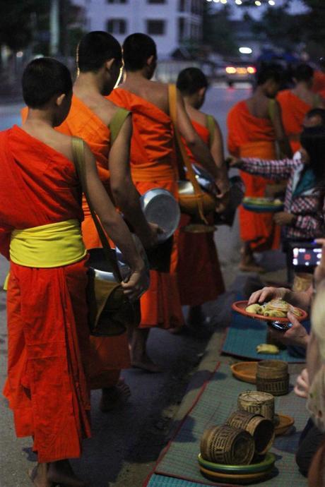 el sofa amarillo limosna monjes laos luang prabang (6)