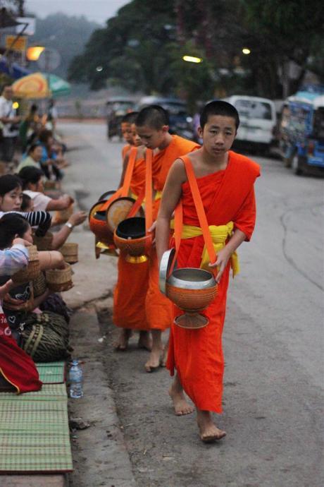 el sofa amarillo limosna monjes laos luang prabang (7)