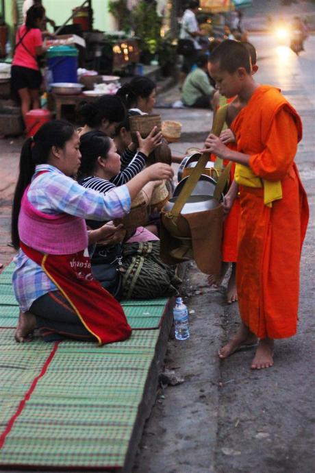 el sofa amarillo limosna monjes laos luang prabang (8)